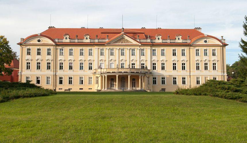 Na zámku v Tloskově